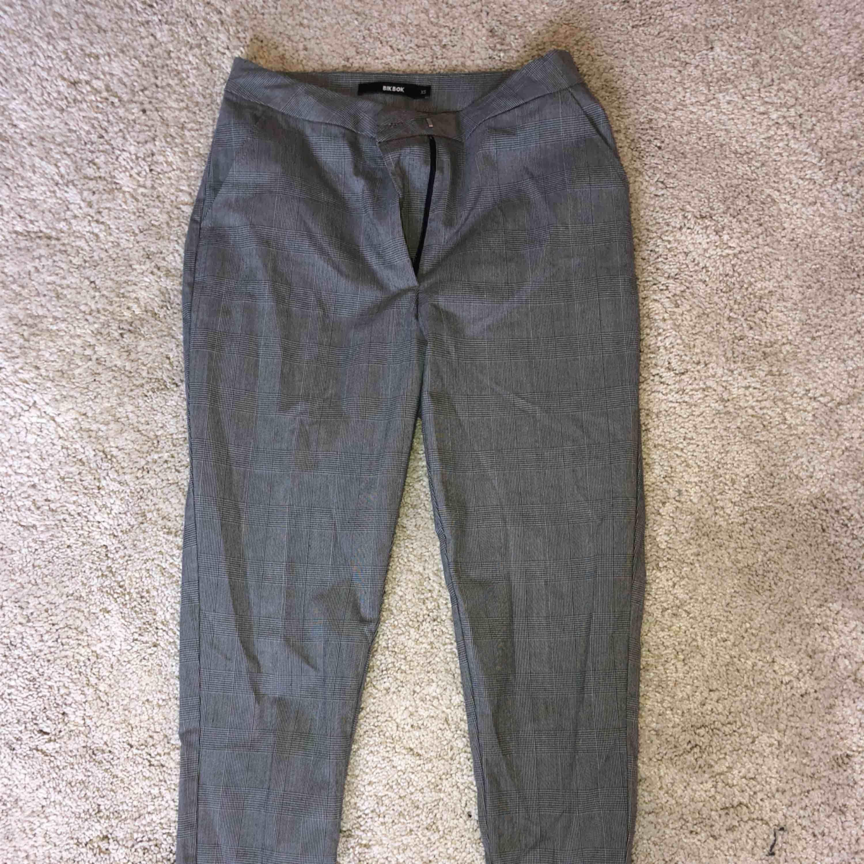 BikBok kostymbyxor som knappt använts! Tighta nere vid vaden! Tar swish! Köparen betalar frakt och kostnaden beror på vart du bor i Sverige! . Jeans & Byxor.
