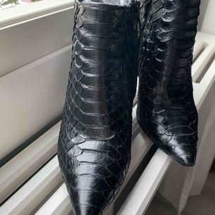 Python äkta boots från designer Pedro Garcia. St 36. Kommer behöva sulas. Dyra i inköp. Ny pris ca 7000 SEK   Märke kan du hitta på Net-a-Porter och Farfetch eller deras egna webb https://www.pedrogarcia.com/eu_en/shop/view-all