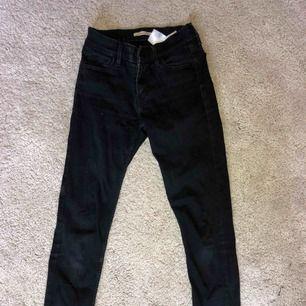 Svarta 710 skinny jeans från Levis! Använda då och då! Storleken är typ XS/S