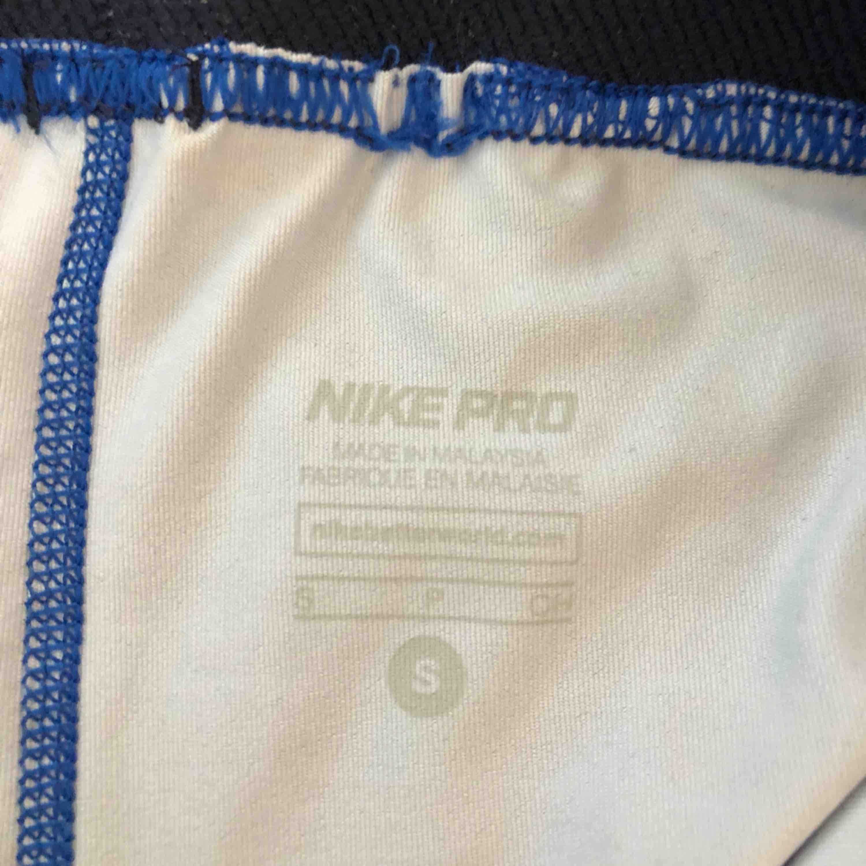 Blåa Nike tränings shorts som sitter tight! Använts 3-4 gånger! Tar swish! Köparen betalar frakt och kostnaden beror på vart du bor i Sverige!. Shorts.