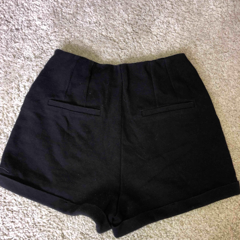 """Svarta Hollister """"mjukis"""" shorts! Använt flitigt i några år men i bra skick!  Har två fejk fick där bak! Tar swish Köparen betalar frakt och kostnaden beror på vart du bor i Sverige!. Shorts."""