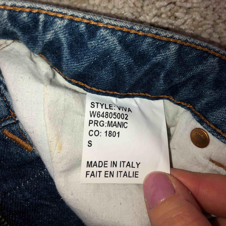 Tiger of Sweden jeanskjol som användes under en sommar men är i väldigt bra skick! Tar swish Köparen betalar frakt och kostnaden beror på vart du bor i Sverige!. Kjolar.