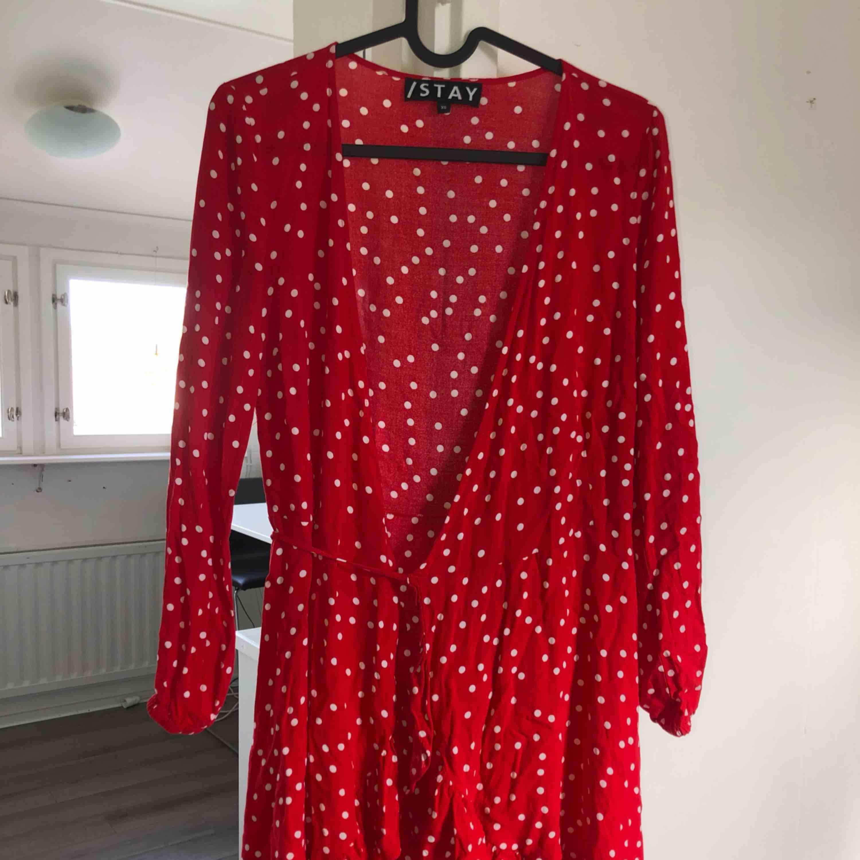 Röd stay klänning som korsas i fram! Köpt från Carlings och har använts få antal gånger! Tar swish! Köparen betalar frakt och kostnaden beror på vart du bor i Sverige!. Klänningar.