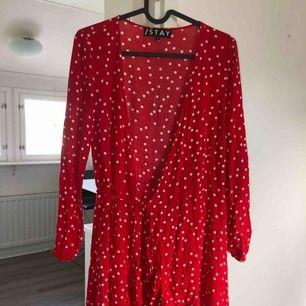 Röd stay klänning som korsas i fram! Köpt från Carlings och har använts få antal gånger! Tar swish! Köparen betalar frakt och kostnaden beror på vart du bor i Sverige!