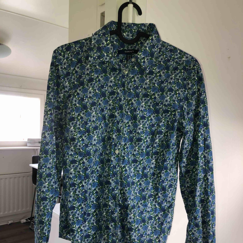 Blommig Gant skjorta som används ett få antal gånger! Tar swish! Köparen betalar frakt och kostnaden beror på vart du bor i Sverige!. Skjortor.