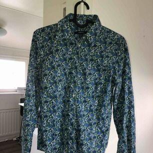 Blommig Gant skjorta som används ett få antal gånger! Tar swish! Köparen betalar frakt och kostnaden beror på vart du bor i Sverige!