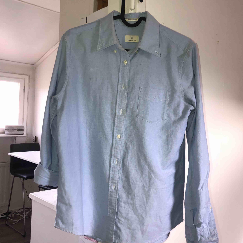 Gant skjorta som har ljusa fläckar på magen och kragen! Tar swish! Köparen betalar frakt och kostnaden beror på vart du bor i Sverige!. Skjortor.