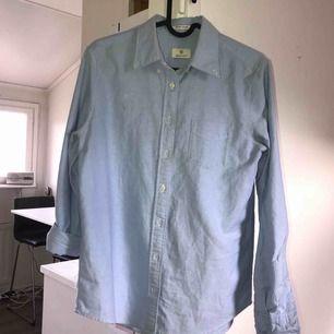 Gant skjorta som har ljusa fläckar på magen och kragen! Tar swish! Köparen betalar frakt och kostnaden beror på vart du bor i Sverige!