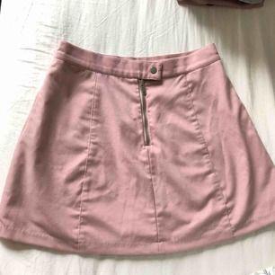 Skiiitfin kjol från GinaTricot. Säljes pga fel storlek.. Frakten är inräknad i priset och kan mötas i Lund. DM för fler bilder.