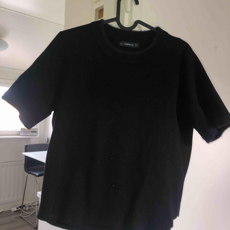 Tjockare T-shirt från Zara med lurviga detaljer vid halsen! Används till och från men i bra skick! Storlek skulle jag säga är mer en L! Tar swish! Köparen får betala frakten och kostnaden beror på vart du bor i Sverige . T-shirts.