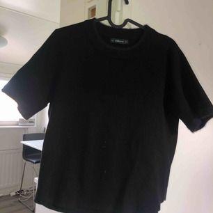 Tjockare T-shirt från Zara med lurviga detaljer vid halsen! Används till och från men i bra skick! Storlek skulle jag säga är mer en L! Tar swish! Köparen får betala frakten och kostnaden beror på vart du bor i Sverige