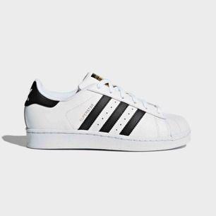 Adidas Superstars i nyskick! Endast använda 1-2 ggr då dom är för små för mig