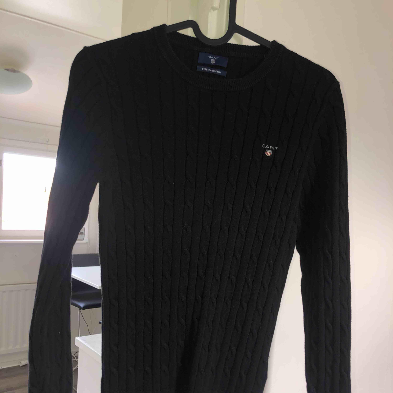 Svart kabelstickad Gant tröja i bra skick! Tar swish! Köparen får betala frakten och kostnaden beror på vart du bor i Sverige!. Tröjor & Koftor.