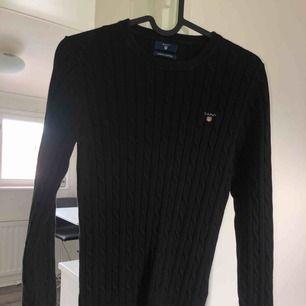 Svart kabelstickad Gant tröja i bra skick! Tar swish! Köparen får betala frakten och kostnaden beror på vart du bor i Sverige!