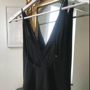 Långklänning svart, endast använd ett tillfälle så är i nyskick! ( på bilderna är klänningen fotograferad bakifrån ) Skriv för fler bilder !