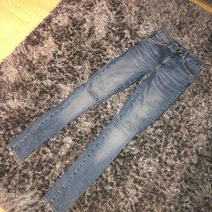 Bik Bok jeans, sparsamt använda och i jättefint skick, frakt ingår i priset🌟 Nypris 599kr