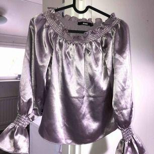 BikBok off-shoulder tröja som använts 5 gånger! Tar swish! Köparen får betala frakten och kostnaden beror på vart du bor i Sverige!