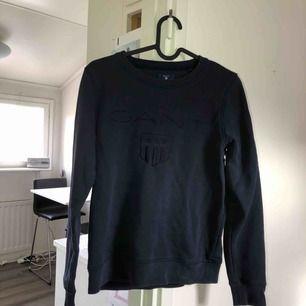 Blå Gant tröja som är lite urtvättad då den har används flitigt, men i bra skick! Tar swish! Köparen får betala frakten och kostnaden beror på vart du bor i Sverige!