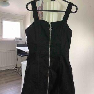 Oanvänd H&M klänning! Tar swish! Köparen får betala frakten och kostnaden beror på vart du bor i Sverige!