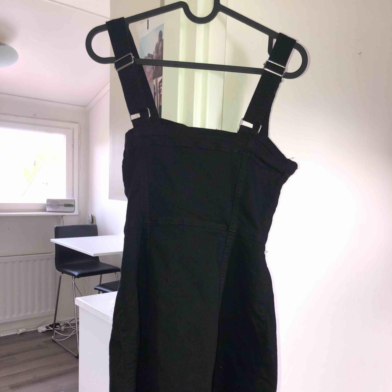 Oanvänd H&M klänning! Tar swish! Köparen får betala frakten och kostnaden beror på vart du bor i Sverige!. Klänningar.