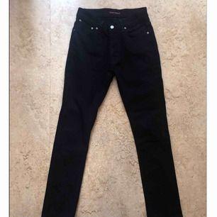 Kolsvarta jeans från Nudie. De är 99% organisk bomull vilket gör att de är jättesköna och lite stretchiga. Tappar inte färg! Är knappt använda. Står 29 men passar nog 28 också.