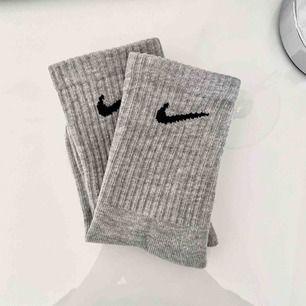 Ett par gråa jättesnygga stumpor från Nike. Säljer för jag inte får någon användning av dem. Frakten är inkluderad i priset. Betalning med swish
