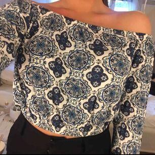 Superfin offshoulder tröja i fint mönster, går att ha som magtröja eller dra ner Bra skick
