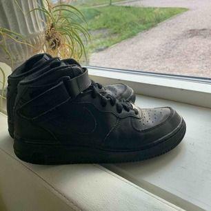 Nike air force 1 svarta, välanvända därav pris. Köparen står för frakt💜