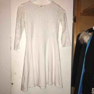 Vit klänning med spetsdetaljer