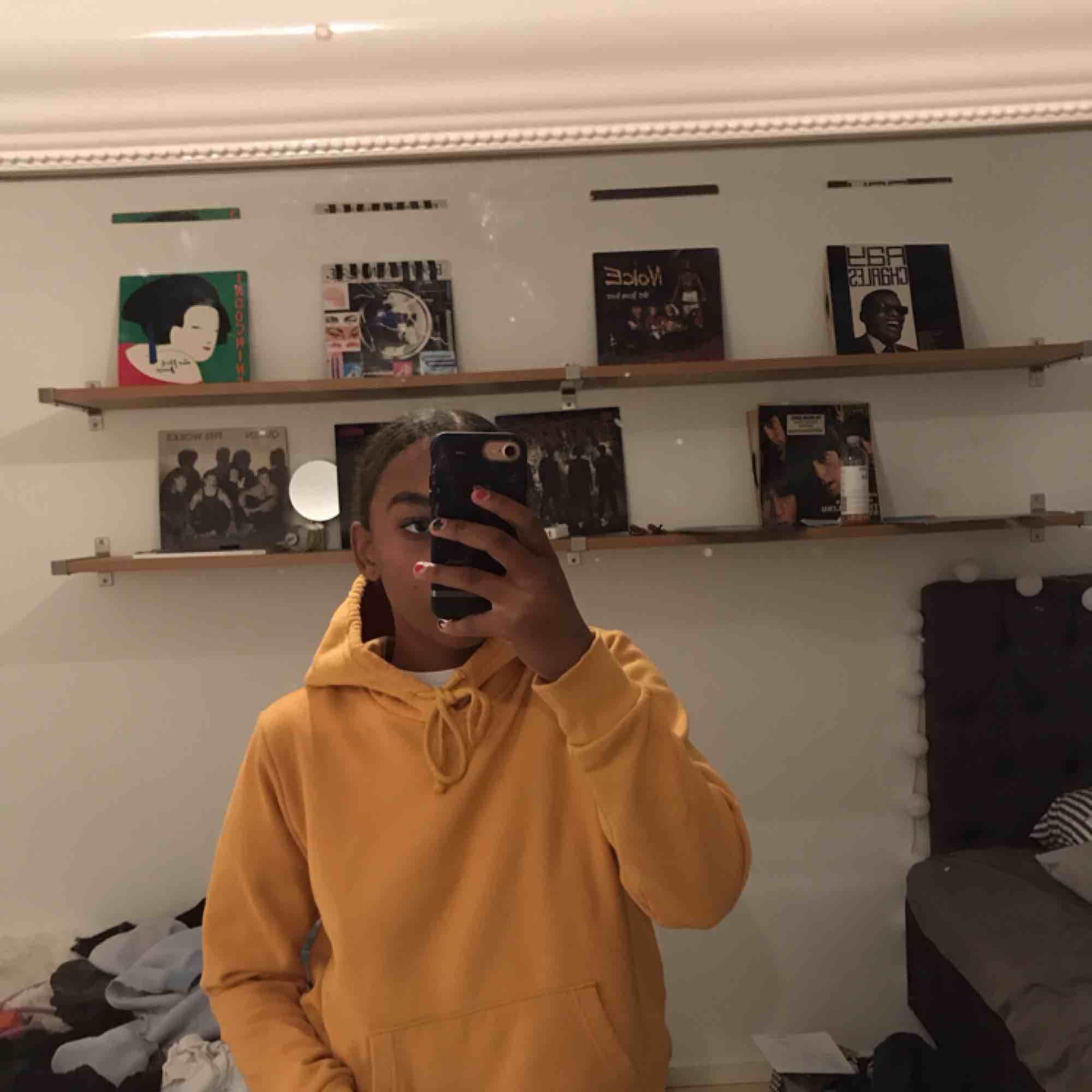 Väldigt mysig gul hoodie från HM!!! . Huvtröjor & Träningströjor.