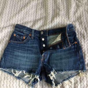 Levis 501 jeans shorts, aldrig använda!💙 Nypris 599kr. FYND! Sjukt snygga shorts men tyvärr för stora för mig, därför säljer jag dem billigt.