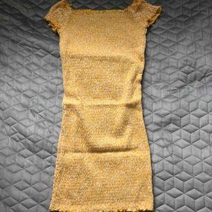 Oanvänd klänning från Ginatricot