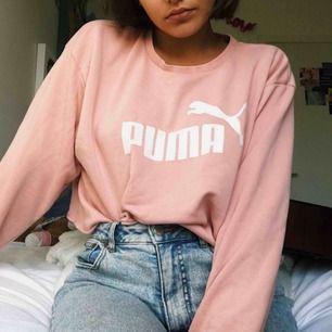 Ljusrosa Puma tröja. Har klippt den. Klicket är 3,5/5 💖
