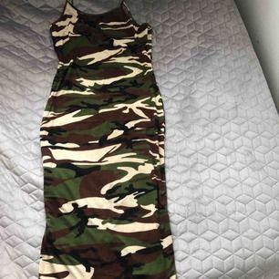 Militärmönstrad klänning, använd 1 gång.