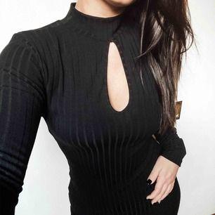Denna tighta svarta enkla klänning säljer jag pga aldrig använd. Är du Medium funkar denna med. Jag är oftast en medium då denna satt som en smäck. Lite över knäna