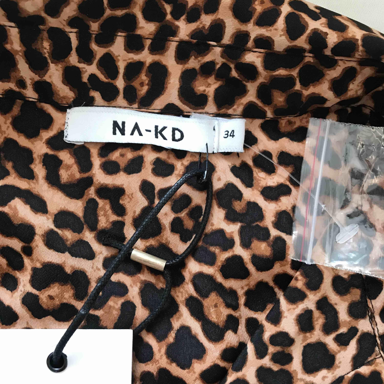 En helt ny leopard skjorta med lappar kvar. Frakt tillkommer.. Skjortor.