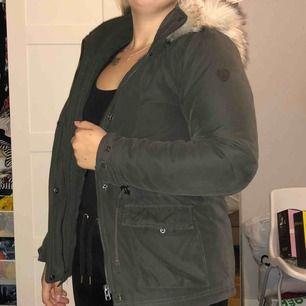 Höst/vinterjacka i bra skick från only med en stor fin fake päls. Mörkgrön i storlek S