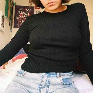 Stretchig svart tröja. Bra kvalité. Knappt använd
