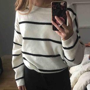 Vit stickad tröja med svarta ränder från hm. Supermysig som oversized på mig som normalt har S , sparsamt använd & frakt ingår🥰