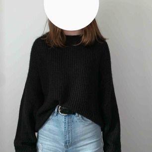 Svart superfin tröja från h&m, använd en gång då den är ganska stickig i materialet❣️(därav priset) Köpare står för frakten:)