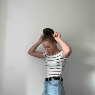 Söt Off-shoulder tröja från SHEIN, knappast använd. Köpare står för frakten:)
