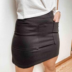 Kjol i stretchigt tyg med fickor framtill från mango