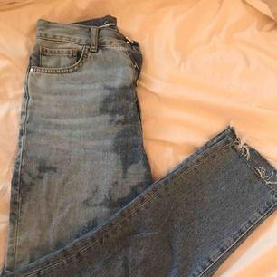Säljer mina skit balla jeans pågrund av att dom är för små, jeansen är från bikbok och har då blekt dom själv. Frakten är inräknad!!