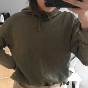 En skön mörkgrön hoodie i storlek xs men passar även större!😇😇