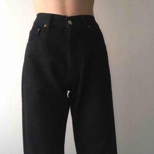 Vintage Levi's jeans som passar storlek M. Det har fin högmidjad passform💓 Fraktkostnad tillkommer