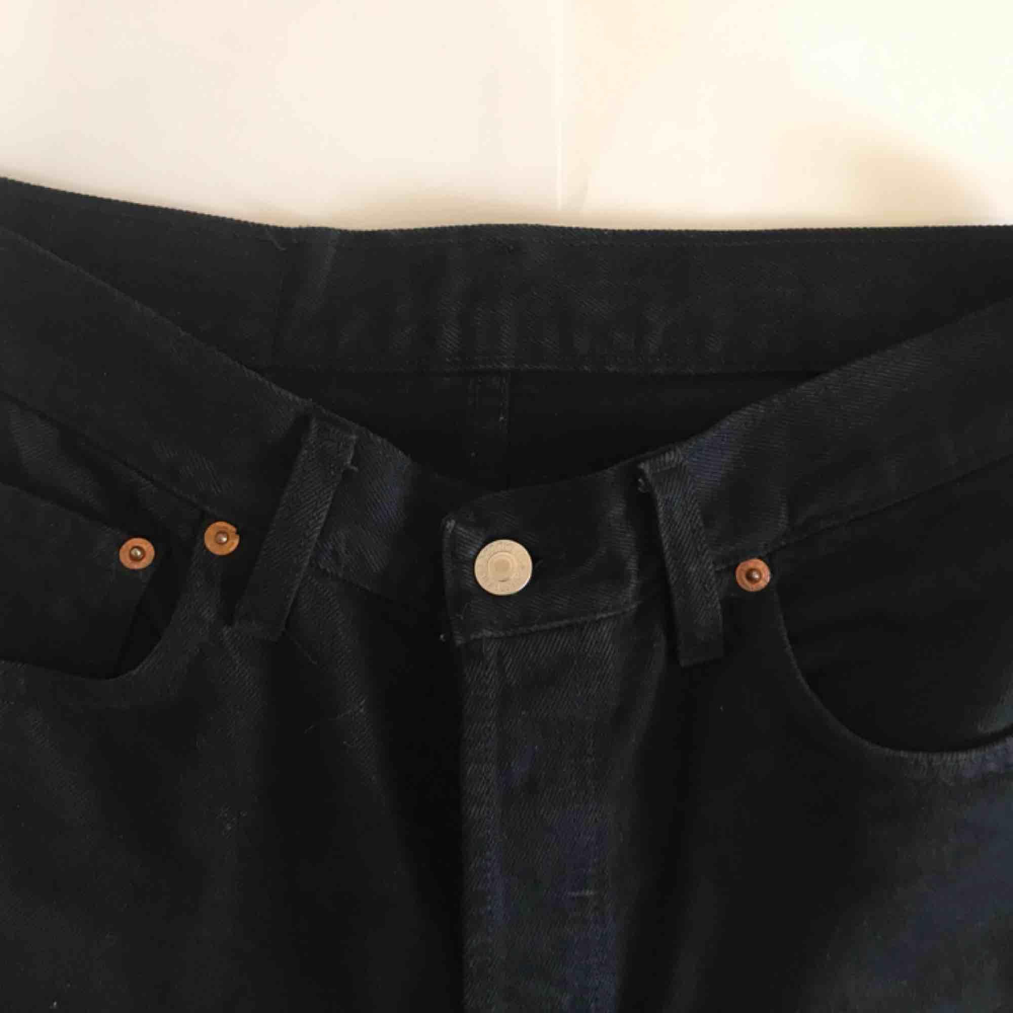 Vintage Levi's jeans som passar storlek M. Det har fin högmidjad passform💓 Fraktkostnad tillkommer. Jeans & Byxor.