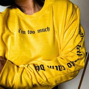 Croppad sweater från Lisa anckarmans kollektion med madlady. Frakt inkluderat