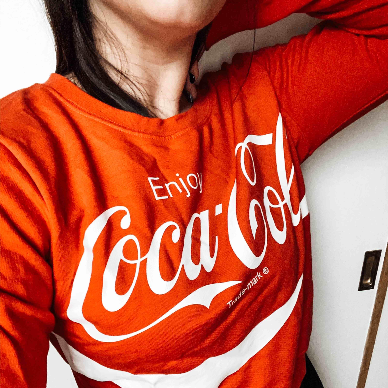 Coca-Cola sweatshirt i använd fåtal gånger . Huvtröjor & Träningströjor.