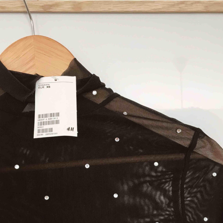 En svart tröja i mesh, helt ny med lappar kvar. Frakt tillkommer . Toppar.