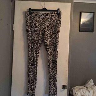 Leopardfärgade byxor